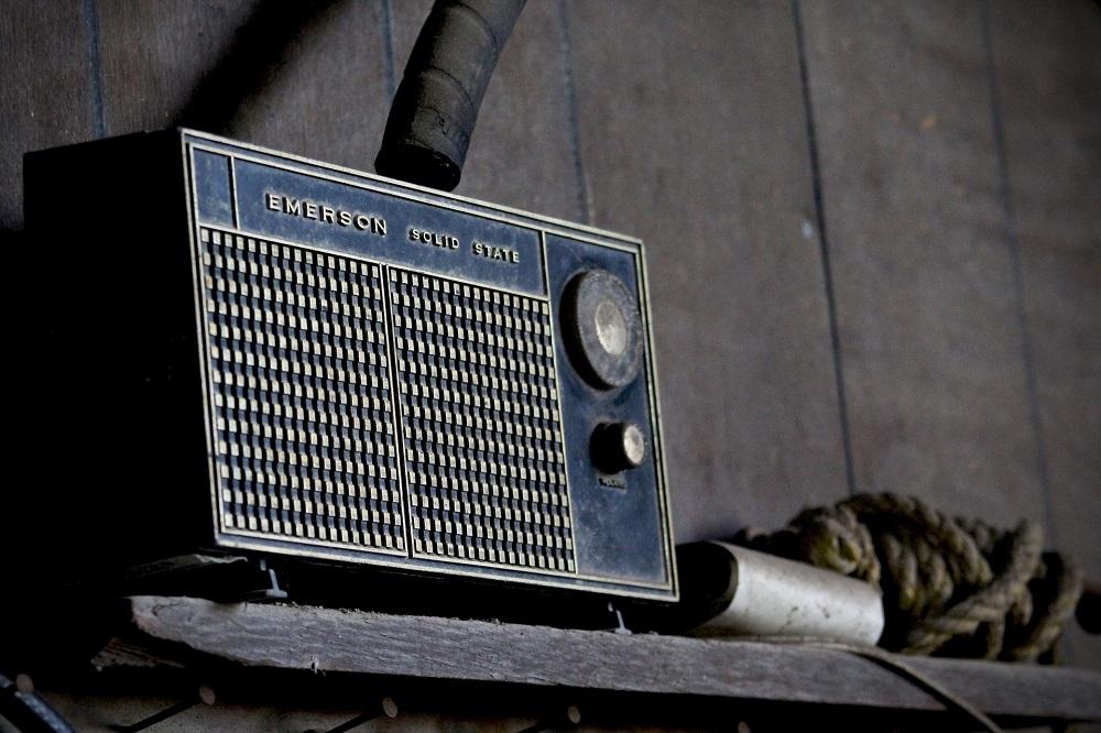 Auf dem Foto siehst du ein altes Radio zum Beitrag Radio Rheinwelle Lothar Pohl im Interview mit Tobias Bösel