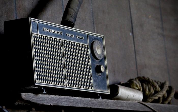 Auf dem Foto siehst du ein altes Radio
